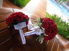 Lindo conjunto, que poderao ser vendidos separadamente  Bouquet de noiva de rosas vermelhas em e.v.a.cor vermelho vivo! Fascinante e muito elegante este bouquet, pois apresenta toque real de uma ros real! Contem 45 rosas, padrao de um bouquet de noiva normal! Acompanha broche em STRASS e ramos brancos dao todo o charme para o bouquet! Medidas por diametro 23 x25 alt.  Mini bouquet composto por 15 rosas, laco chanel, e broche em STRASS  E simplismente uma recordacao infinita!