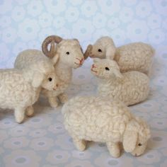 I like the different poses of these sheep.Look, beautiful lambs! Wool Needle Felting, Needle Felting Tutorials, Needle Felted Animals, Nuno Felting, Felt Animals, Sheep Crafts, Felt Crafts, Sheep Art, Sheep And Lamb