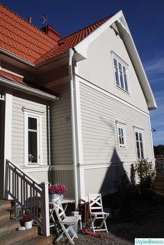 husfasad Exterior Design, Beach House, House Plans, Garage Doors, Sweet Home, Cottage, Architecture, Outdoor Decor, Inspiration