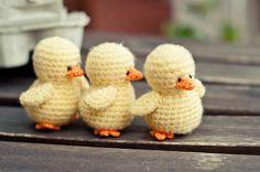 Tenía muchas ganas de volver a hacer pollitos. Los pollitos son tiernos y pequeñitos y siempre me sacan una sonrisa ^^ Así que tejí varios,... Crochet Birds, Easter Crochet, Crochet Bunny, Cute Crochet, Crochet Animals, Crochet Crafts, Crochet Projects, Knit Crochet, Crochet Patterns Amigurumi
