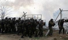 Grenze zu Griechenland: Mazedoniens Polizei setzt Tränengas gegen Flüchtlinge ein - SPIEGEL ONLINE - Politik