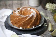 Ein einfacher Guglhupf mit Quark und Apfel - der Napfkuchen ist schnell gebacken und schmeckt schön saftig. Hier gibt es das Rezept!