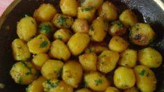 Jeden z najdôležitejších potravín sú práve zemiaky, ani si nevieme predstaviť život bez nich. Ale občas neuškodí preskočiť pečené zemiaky a kašu. Prísady: 1 kg zemiakov 40 ml sójovej omáčky 40 ml rastlinného oleja 2-3 strúčiky cesnaku 1 zväzok petržlenovej vňate soľ, korenie Prísady na omáčku: 100 g kyslej smotany 2 pl majonézy 1 čl bazalky soľ, korenie Príprava: zemiaky