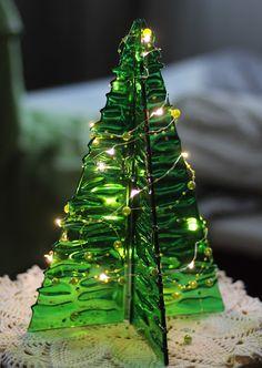 Väike Grinch minus tõstab pead. | MO isetegemised Stained Glass Ornaments, Stained Glass Christmas, Glass Christmas Tree, Glitter Ornaments, Handmade Ornaments, Felt Christmas, Homemade Christmas, Christmas Crafts, Christmas Ornaments