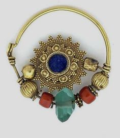 Afghanistan | 20k gold nose ring, with lapis lazuli, coral and glass | ca. 1920 | ©Peter Kubal