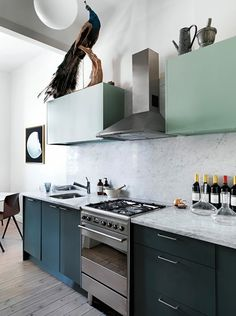 I LOOOOVE these colored cabinets! Back in Fashion: 5 Old Kitchen Design Trends that are Making a Comeback Two Tone Kitchen, Old Kitchen, Kitchen Dining, Kitchen Decor, Kitchen Styling, Kitchen Ideas, Dining Room, Green Kitchen Cabinets, Kitchen Cabinet Colors
