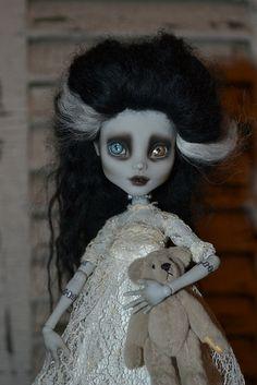 Beautiful Bride of Frankenstein Monster High doll♡♡♡ Monster High Repaint, Monster High Dolls, Scary Dolls, Living Dead Dolls, Monster High Custom, Gothic Dolls, Bride Dolls, Bride Of Frankenstein, Halloween Doll