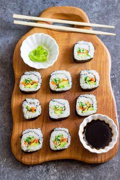 One Teaspoon Of Life: Avocado, Cucumber, Carrot Sushi Sushi Vegan, Vegan Sushi Rolls, Sushi Roll Recipes, Vegan Foods, Vegan Vegetarian, Vegetarian Recipes, Cooking Recipes, Sushi Food, Sushi Sushi