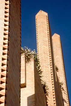 Edificio Alto de los Pinos - Rogelio Salmona Brick Architecture, Architecture Details, Brick Images, Build A Wall, Ludwig Mies Van Der Rohe, Brick Patterns, Brickwork, Red Bricks, Natural Shapes