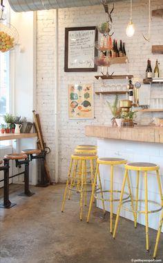 カフェっぽいお家にコーディネートしたい時、椅子はとっても重要なポイント。 カラーのカウンターチェアを揃えて置くとNYのカフェのような雰囲気になります。