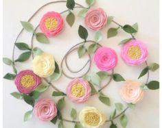 Etsy の GARLAND // You pick custom colors by fancyfreefinery Felt Roses, Felt Flowers, Fabric Flowers, Paper Flowers, Green Flowers, Rose Garland, Floral Garland, Flower Garlands, Garland Nursery