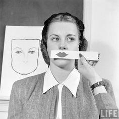 Nina Leen. Garota testando cores de batom – 1945.
