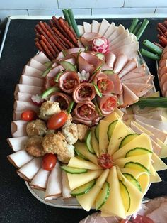 Meat Cheese Platters, Party Food Platters, Meat Platter, Party Trays, Party Buffet, Food Trays, Snacks Für Party, Food Garnishes, Food Displays
