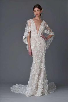 Vestito ricamato da sposa Marchesa - Bridal dress tutto in pizzo con maniche mantello tra le tendenze della New York Bridal week 2017
