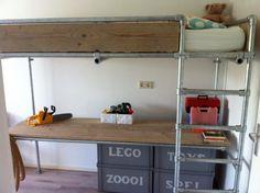 Hoogslaper met steigerbuizen.Ook zo'n bed kan muramura.nl voor je maken!