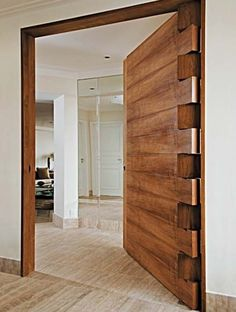 Allan Feio Φ Arquitetura: Destaque na porta de entrada Absolutely love the hinge work and solid timber door. Would make an awesome front door. Door Design, Exterior Design, Interior And Exterior, Interior Doors, Modern Interior, Timber Door, Wood Doors, Barn Doors, The Doors