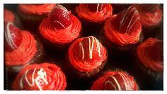 Kleine Biskuit Erdbeer Röllchen gefüllt mit einer Erdbeersahne Creme und einem Lemoncurd-Buttercreme Topping.