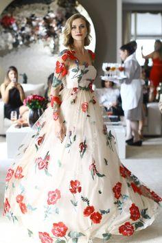E quem quer entrar na onda dos vestidos de festa com palavras - em português, por favor! - vai amar os vestidões que Martha desenvolveu na França, num tule de seda bordado de linha