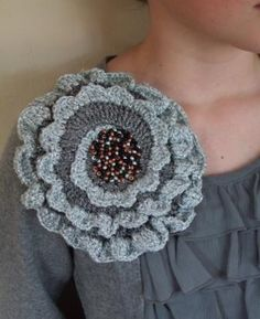 Free flower (corsage) crochet pattern. This would be cute on a purse too!