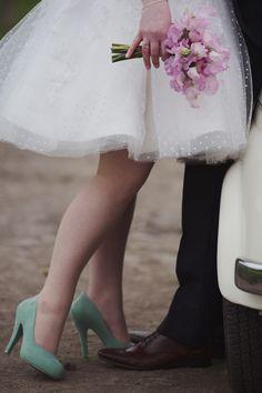 zapatos de tacón en verde menta con vestido de novia corto