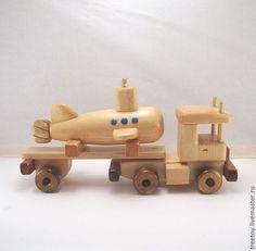 Купить или заказать Машина с подводной лодкой в интернет магазине на Ярмарке Мастеров. С доставкой по России и СНГ. Срок изготовления: 10 дней. Материалы: дерево, кедр, Дерево кедр, лак…. Размер: Машина с лодкой 33*10*18 см<br /> Лодка…