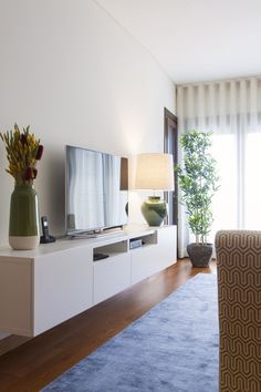 Sala Comum_Zona de estar móvel TV / candeeiros / cortinados / quadros / tapetes