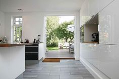 Køkken lige ud til haven... Klik for fotos af boligen. http://www.robinhus.dk/ejendom/default.asp?boligid=56276