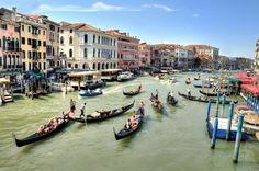 https://flic.kr/p/iBPD83 | Italia. Venecia. Gran Canal. Explore 26 de diciembre de 2013 | La ciudad de Venecia en Italia constituye la mayor zona húmeda de este país. Está regada toda ella por múltiples canales de distinta longitud y distinta anchura. El mayor de todos es el Gran Canal, que recorre Venecia trazando una S. Le sigue en tamaño e importancia el canal Regio o Cannaregio. El Gran Canal tiene casi 4 km de longitud; se desliza desde la punta noroeste de Venecia, donde están los…