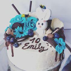 Meine kreative Tortenkreation zum  Geburtstag  Für ein süßes Mädchen das 10 Jahre Geworden ist.  Dekoration : Blumen und Hase aus Fondant, Oreo Kekse, dunkle Schokolade, Pralinen.  Weiße Creme aus weißer Schokolade und Butter. Creme, Fondant, Butter, Birthday Cake, Desserts, Food, White Chocolate, Chocolate Candies, Pies