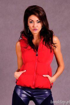 Piękna czerwona kamizelka damska z praktycznymi kieszeniami. Ten bezrękawnik z kapturem zapinany na #zamek pasuje zarówno do klasycznych sportowych stylizacji, jak i do stylizacji w stylu sportowej elegacji.... #Kurtki i plaszcze - http://bmsklep.pl/adrexx-kamizelka-czerwony-5012-3