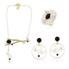 Meu mar em P&B ▪️▫️! #mariadolores® ⚓️ F E S T A al M A R E 🐚 #artjewelry  #designmariadolores #designmd #jewelry #hautebijoux #wearableart #festaalmare #coral #white #gold #costumejewelry #statementjewelry #coral #pearl #almare #navy #seainspiration #md