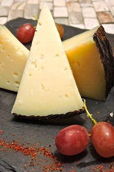 Queso Manchego, is een heerlijke Spaanse kaas gemaakt van schapenmelk van het Manchego ras. Deze kaas komt oorspronkelijk uit Murcia - La Mancha. Tegenwoordig wordt Manchego in verschillende delen van Spanje op grote schaal geproduceerd. De melk moet altijd van een schaap zijn dat is geboren in La Mancha. Churros, Flan, Puddings, Paella, Dairy, Cheese, Pudding, Creme Caramel