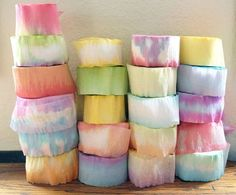 Dying crepe paper rolls for flowers Más Crepe Paper Rolls, Crepe Paper Crafts, Crepe Paper Streamers, Tissue Paper Flowers, Paper Roses, Diy Paper, Fabric Flowers, Crepe Paper Decorations, Streamer Flowers