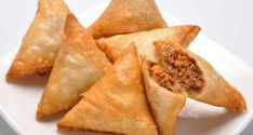 Normally, Samosas are deep fried. Fried foods become more tempting when taboo, hence this baked samosas are tasty little parcels. Yummy Snacks, Snack Recipes, Cooking Recipes, Healthy Recipes, Appetizer Recipes, Healthy Food, Healthy Eating, Samosas, Crispy Chicken