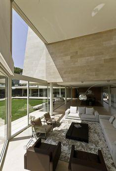 Impresionante Mansión Envuelta en Mármol Beige en Forma de L con Vistas al Jardín