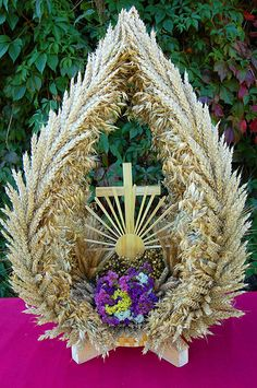 Piotr Barańczak - wyroby artystyczne ze słomy Corpus Christi, Grapevine Wreath, Burlap Wreath, Polish Easter Traditions, Church Altar Decorations, Corn Husk Dolls, Straw Weaving, Thanksgiving Centerpieces, Easter Crafts