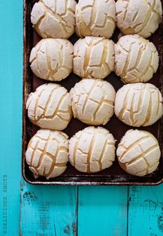 """This """"pan dulce"""" (sweet bread) is called """"conchas"""" in Mexico or """"semit. - This """"pan dulce"""" (sweet bread) is called """"conchas"""" in Mexico or """"semitas"""" in Honduras, - Mexican Pastries, Mexican Sweet Breads, Mexican Bread, Mexican Dishes, Mexican Food Recipes, Dessert Recipes, Mexican Desserts, Mexican Bakery, Conchas Recipe"""