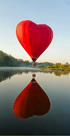 A Valentines heart hot air ballon ride. Who wouldnt want to take a trip in this on ValentinesDay with someone special? One day someone special will take me in something this awesome. Heart In Nature, Heart Art, I Love Heart, With All My Heart, Color Heart, Air Ballon, Air Balloon Rides, Red Balloon, Heart Balloons