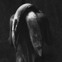 Mario Cravo Neto,, Homem com dois peixes, 1992 [Man with two fish]