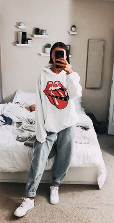 29 Fashion Teenage Ideas To Look Cool And Fashionable 29 Fashion Teenage-Ideen, die cool und modisch aussehen Cute Lazy Outfits, Chill Outfits, Teenage Outfits, Cute Casual Outfits, Mode Outfits, Retro Outfits, Outfits For Teens, Stylish Outfits, Cute Outfits With Sweatpants