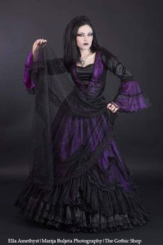 Top Gothic Fashion Tips To Keep You In Style. As trends change, and you age, be willing to alter your style so that you can always look your best. Consistently using good gothic fashion sense can help Gothic Dress, Gothic Outfits, Gothic Girls, Dark Beauty, Gothic Beauty, Goth Women, Gothic Wedding, Gothic Jewelry, Punk Jewelry