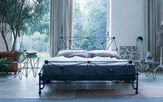 Camera da letto di design - I letti in ferro battuto arrederanno la camera da letto con un fascino davvero unico. Questo metallo si presta a essere lavorato e plasmato con facilità, proprio per questo ogni modello di letto in ferro battuto è unico e inimitabile. Sul mercato ne troverai di tutti i tipi, pronti a soddisfare sia le esigenze dei più tradizionalisti che di chi ama rivisitare il classico in chiave moderna. I letti più classici presentano decori eleganti e a volte sfrazosi…