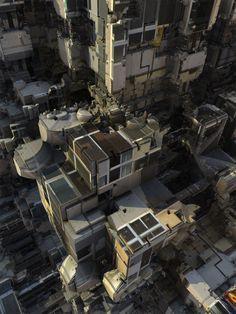 映画『インセプション』を思い起こさせるこの不気味な街は、アルゴリズムによってデザインされている。コンピューテーショナルデザインによって奇妙な景観の数々を描き出したダニエル・ブラウンは、この世界に何を見出そうとしているのか。