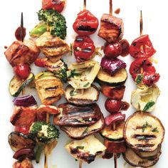 These Greek antipasto kebabs are great as sides or a main. Try them at your next barbecue. Get the Greek antipasto kebab recipe at ! Vegetarian Barbecue, Barbecue Recipes, Fish Recipes, Kabob Recipes, Salmon Recipes, Vegetarian Recipes, Tailgating Recipes, Healthy Grilling, Camping Recipes