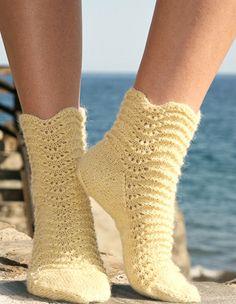 Носки с волнообразным узором от Drops Design вязаные спицами