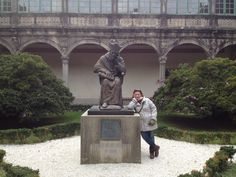 Natalia y el arzobispo! Fotografíate con el tercer fundador de la Universidad de Santiago de Compostela! Patio-claustro Pazo Fonseca en Santiago de Compostela