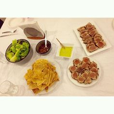 Cenita con amigos jeje @veronicaehrmann @valadejo @eehrmann @jessiehrmann  #tunatataki #tuna #tataki #casabe #ensalada #cranberry #honeymustard #nomnom #foodie #foodporn by nani_graf