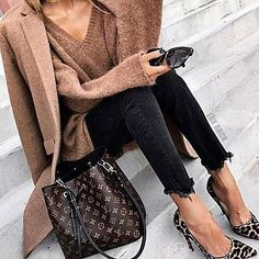 Trendy casual chic outfit for fall. Louis Vuitton Cake, Louis Vuitton Nails, Louis Vuitton Keychain, Louis Vuitton Neonoe, Louis Vuitton Sunglasses, Louis Vuitton Monogram, Louis Vuitton Bucket Bag, Vuitton Neverfull, Fall Outfits