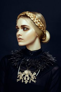 """Nu Renaissance Aristocracy"" | Models: Kendra A & Claire B., Photographer: Jingna, Harper's Bazaar Vietnam, December 2012"