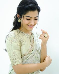 Most Beautiful Bollywood Actress, Beautiful Actresses, Beautiful Girl Photo, Beautiful Girl Indian, Simple Hairstyle For Saree, Bollywood Designer Sarees, Bollywood Saree, Bollywood Fashion, Saree Photoshoot